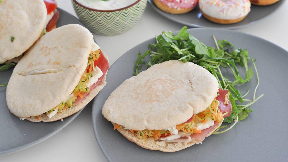 Sandwich pain pita légumes & Salakis