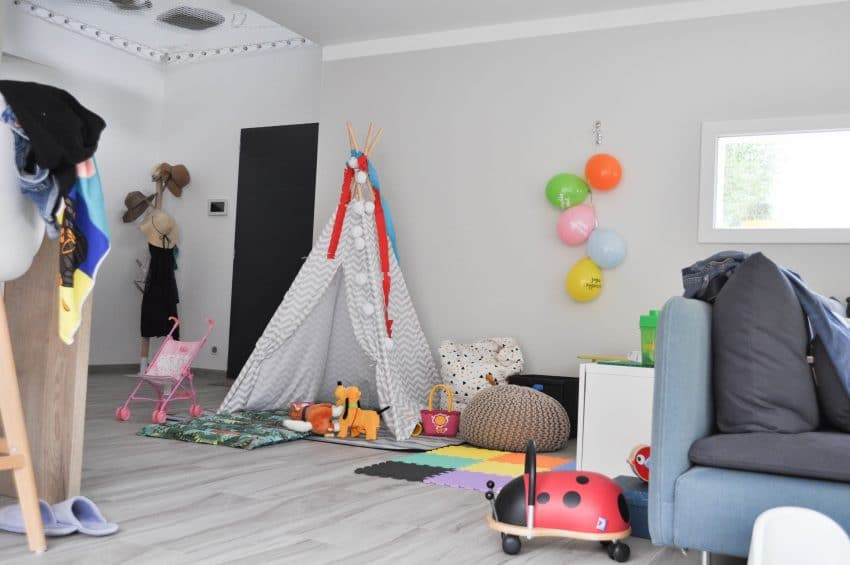 cr er un coin jeu pour enfants dans son salon sans ruiner sa d co. Black Bedroom Furniture Sets. Home Design Ideas
