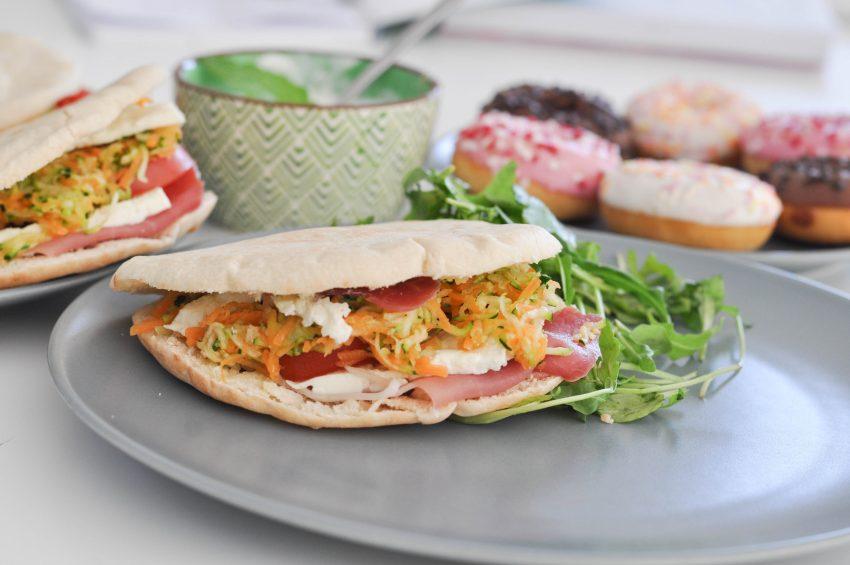 sandwich-pain-pita-feta-legumes